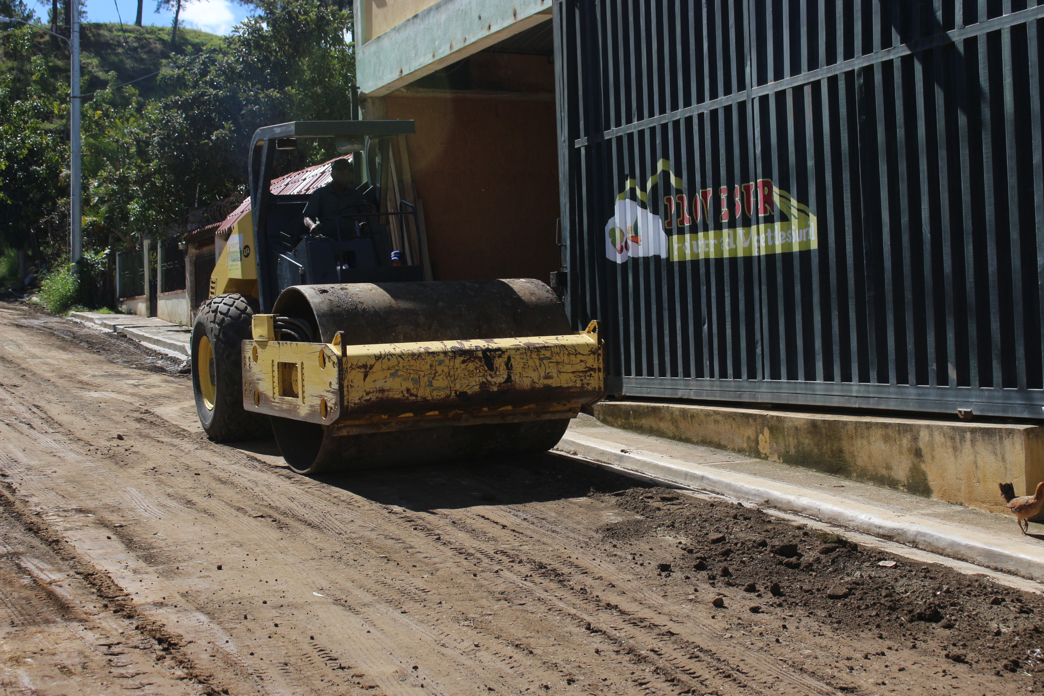 Prosiguen trabajos mantenimiento de calles y caminos vecinales